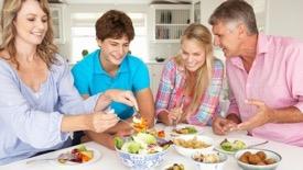家族で食事中 いただきます 英語