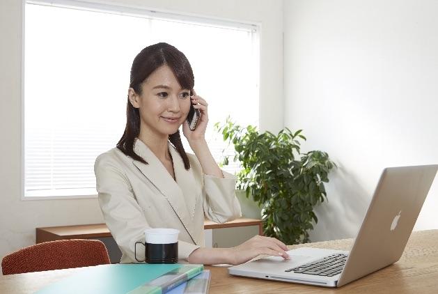 英語で仕事をする女性