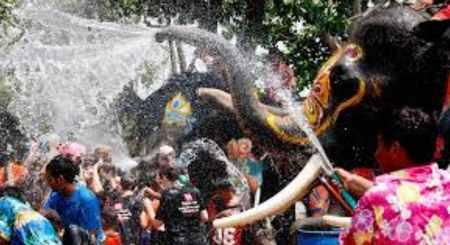 タイでは新年に水掛け祭りがある