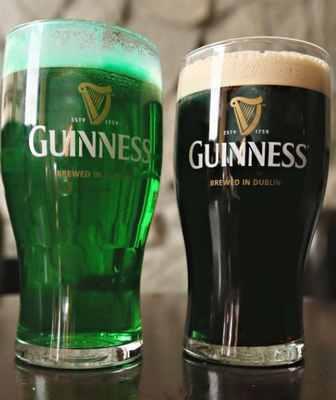 緑に染めたビール