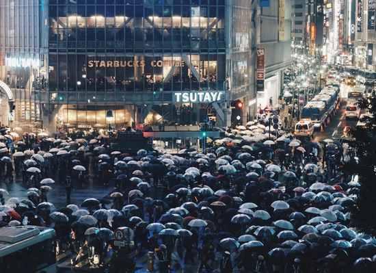 雨模様の渋谷スクランブル交差点