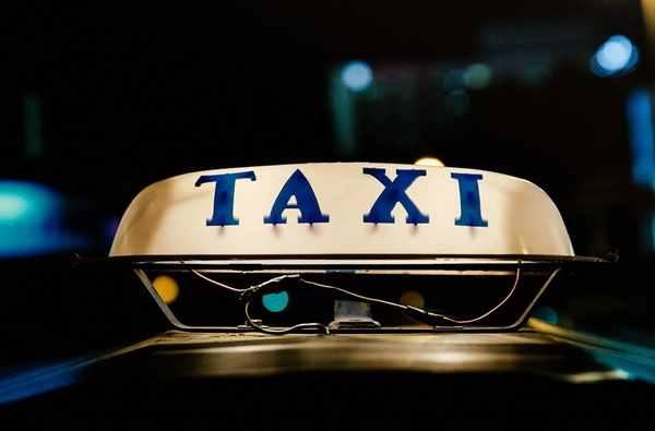 タクシーはアメリカ英語では?
