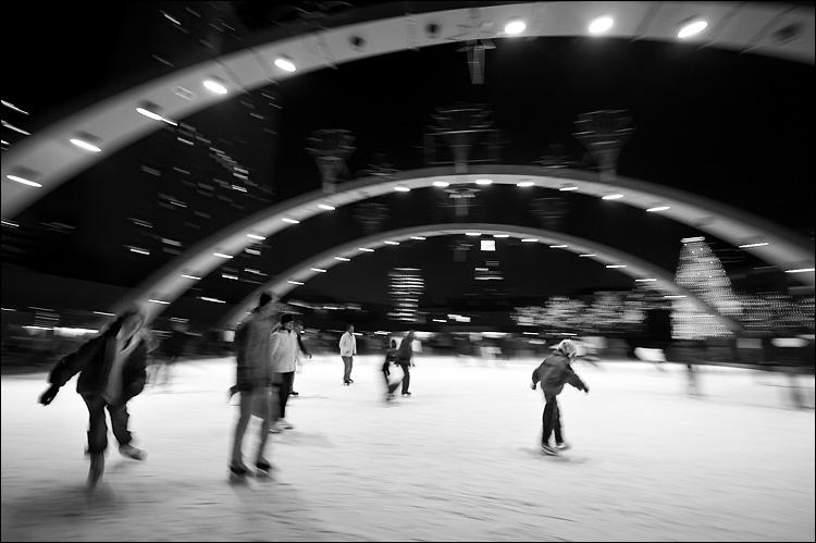 cityh-hall_nathan-philips_skaters_xmas_2k6_03.jpg